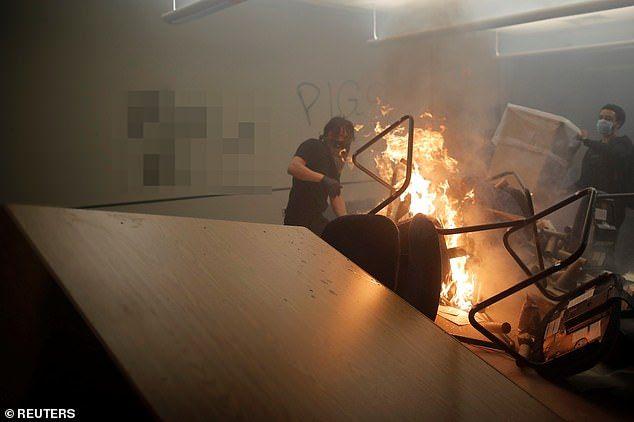 28969224-8372083-Minneapolis_Minnesota_Rioters_pile_furniture_onto_a_bonfire_with-a-26_1590841...jpg