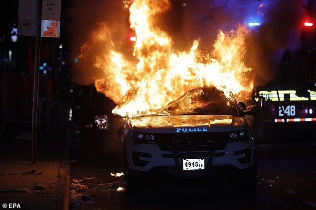29027364-8373657-New_York_A_New_York_City_Police_Department_vehicle_burns_after_b-a-16_1590914...jpg